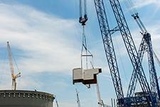 The heavy lift derrick moves the 90-ton CA05 module toward the Unit 4 containment building.